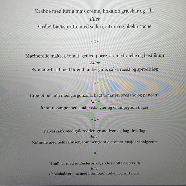 Nærlæser menukortet og ser frem til bord til to kl 18 ? #venindehygge