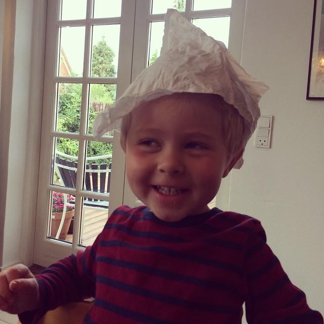 Isaac har lavet sig en hat, og er meget stolt ❤️ #morgenfjol