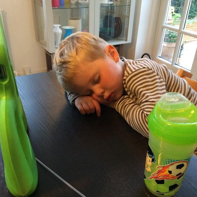 Han kæmpede men trætheden overmandede ham. Pis. Det er svært at jonglere aftensmad og aktivering af træt børnehavedreng