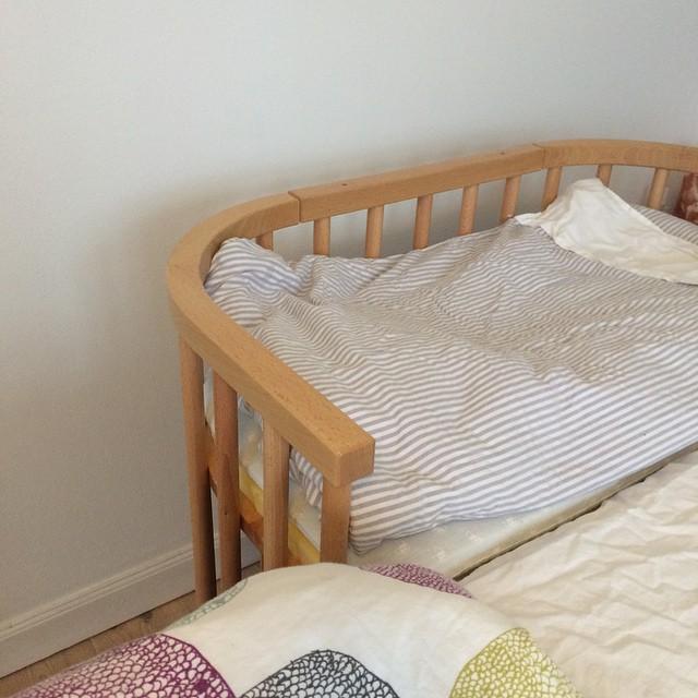Der er helt sikkert gamle overtroiske regler der siger man ikke må, men nu er lillebrors seng klar til ham ❤️ Næste projekt er at finde babyalarmen. Har fundet den ene del, men hvor dælen er den anden ?