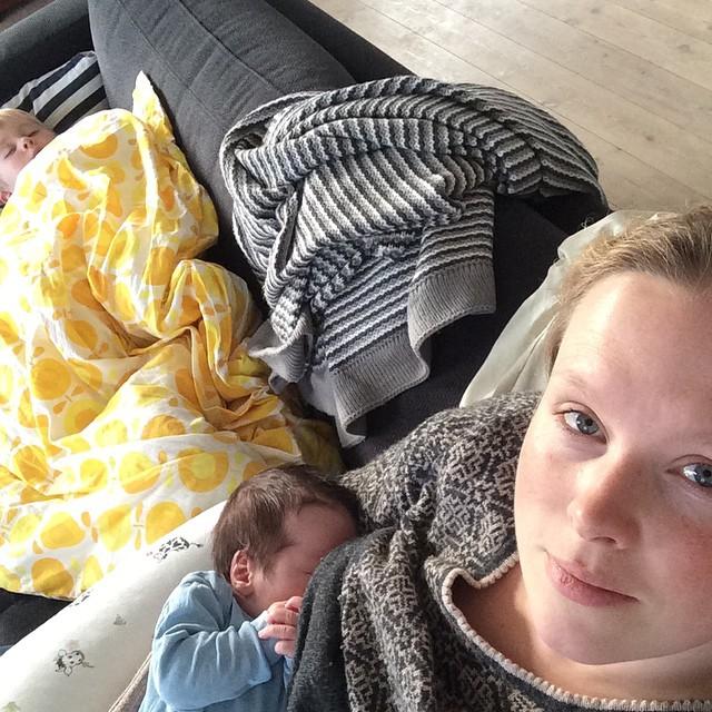 Overvejer om jeg også kan ta en lur på sofaen hvis jeg flytter sofapuderne ?... #tykkemor #sovesofaerdetikke #pladssøges #sygebørnsucks #zzzzzz